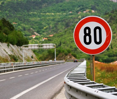 This road has a maximum speed limit of 80 km/hr